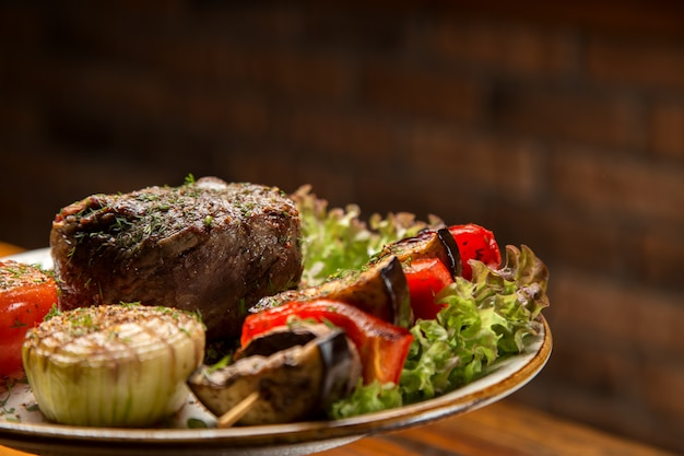 Mięsny stek z warzywami na talerzu