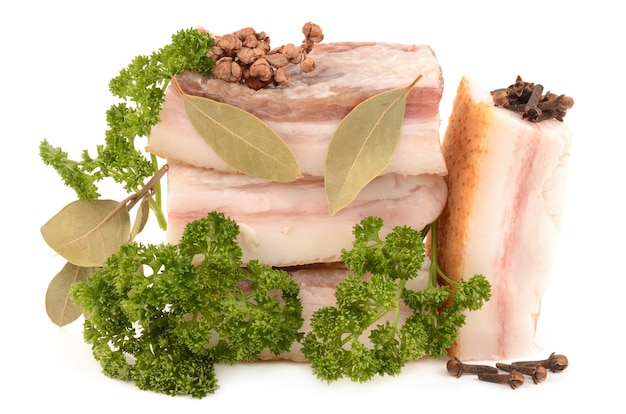 Mięso i przyprawy na białym tle
