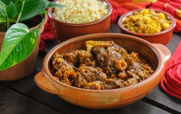 Mięso kozie w glinianej misce. brazylijska kuchnia północno-wschodnia.