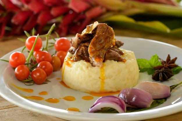 Mięso kozie z puree z manioku tradycyjne jedzenie z północno-wschodniej brazylii