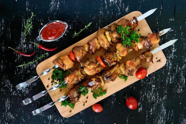 Mięso królicze na szaszłykach z sosem pomidorowym