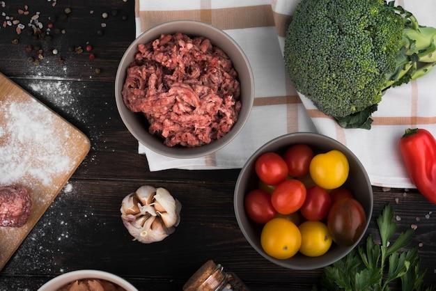 Mięso mielone i pomidory leżą płasko