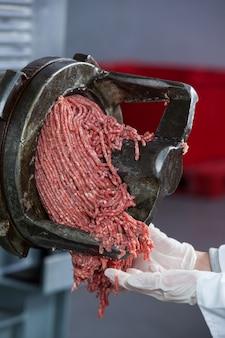 Mięso mielone wychodzące z młynka