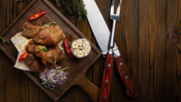 Mięso na chleb pita z czosnkiem na drewnianym stole