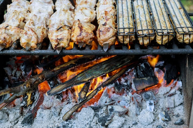 Mięso na metalowych szaszłykach jest grillowane na palonym węglu drzewnym.
