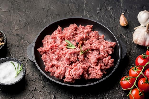 Mięso na talerzu z pomidorami i czosnkiem