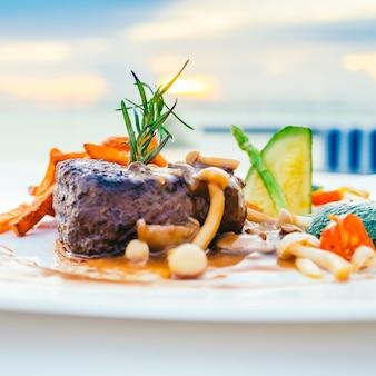 Mięso polędwicy wołowej z warzywami