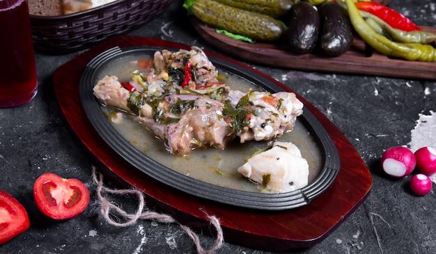 Mięso smażone w ziołach i przyprawach w bulionie