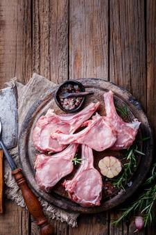 Mięso surowa świeża baranina na kości w pobliżu przypraw