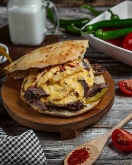 Mięso w chlebie z serem