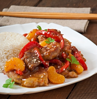 Mięso w pikantnym sosie, słodkiej papryce i mandarynkach z dodatkiem gotowanego ryżu