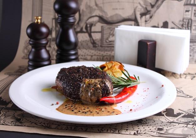 Mięso w sosie pieprzowym z rozmarynem i czerwonym pieprzem