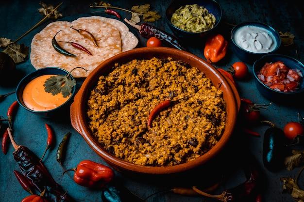 Mięso wieprzowe burritos z pikantną papryką guacamole kwaśną śmietaną i meksykańską tortillą