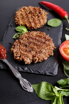 Mięso wołowe grilleg i składniki do hamburgera