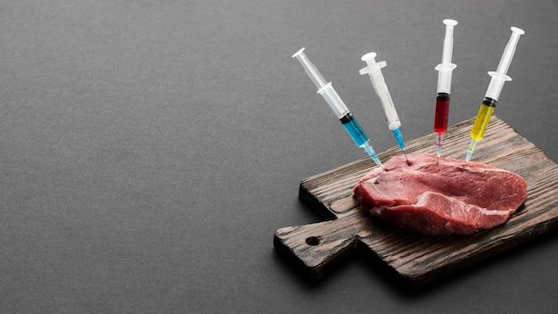 Mięso z góry wypełnione strzykawkami