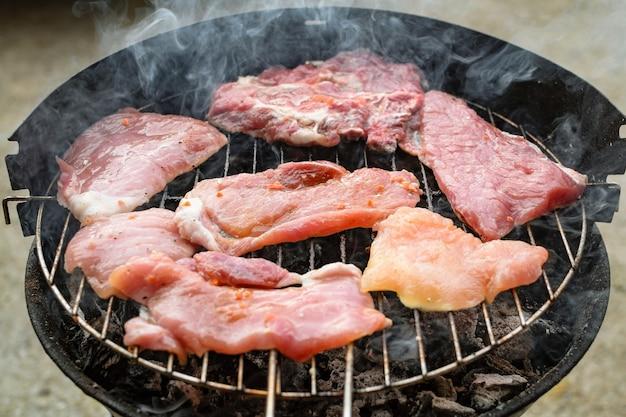 Mięso z grilla, wieprzowina, wołowina i kurczak na grillu, grill. mała głębia ostrości.