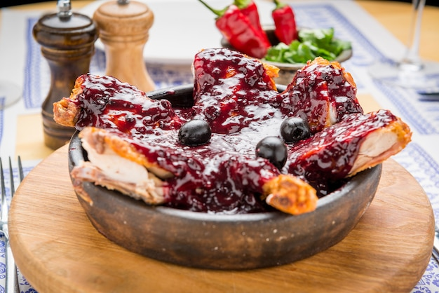 Mięso z grilla z pestkami granatu na białym talerzu