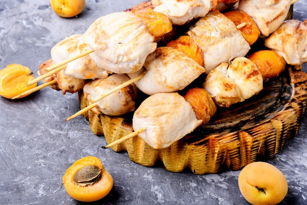 Mięso z indyka bbq na drewnianych szpikulcach