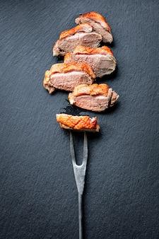 Mięso z piersi kaczki smażone mięso drobiowe grill grill na stole zdrowy posiłek przekąska