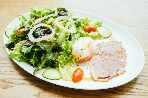 Mięso z piersi kaczki z sałatką warzywną
