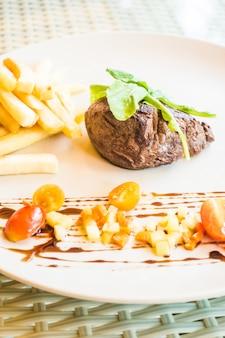 Mięso z sałatą i frytkami