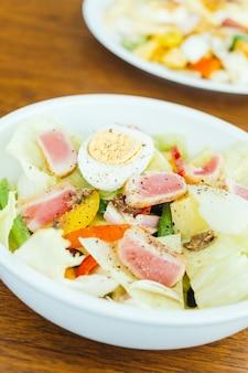 Mięso z tuńczyka i jajko z sałatką warzywną