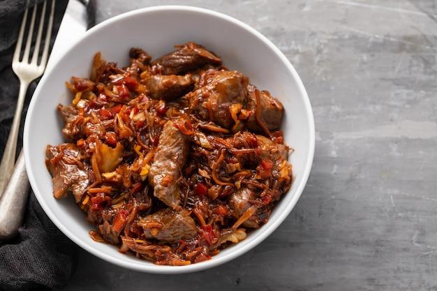 Mięso z warzywami w białej misce