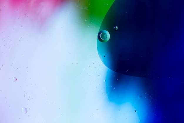 Mieszać wodę i olej na barwionym ciekłym abstrakcjonistycznym tle