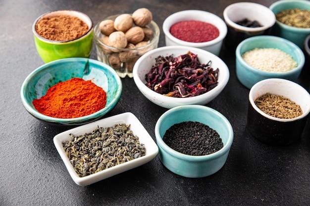 Mieszaj przyprawy doprawiając różne rodzaje ostrych i pikantnych świeżych ziół mielona przyprawa na stole