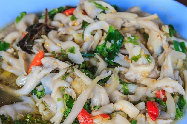 Mieszaj smażoną wieprzowinę z grzybami