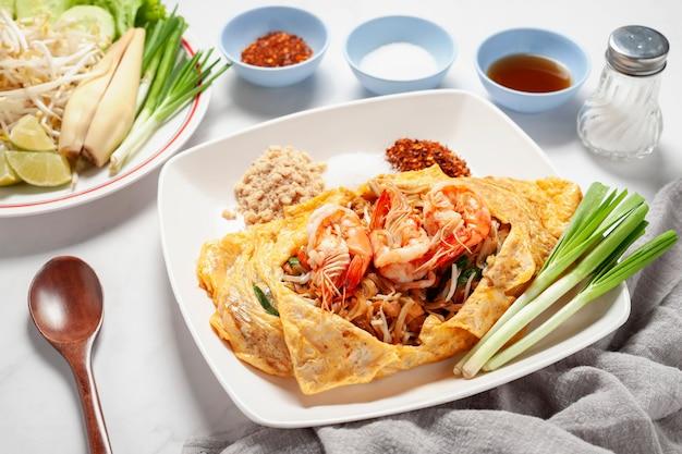 Mieszaj smażone paluszki ryżowe lub makaron z krewetkami. popularne tajskie menu. tajskie jedzenie nazywa się pad thai.