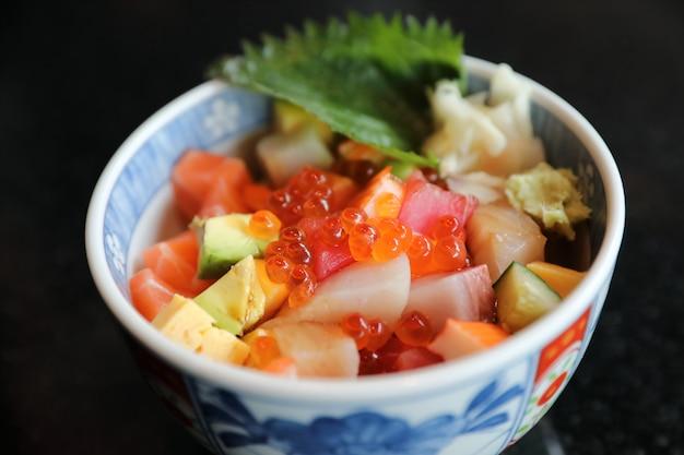 Mieszaj sushi donburi w misce, japońskie jedzenie