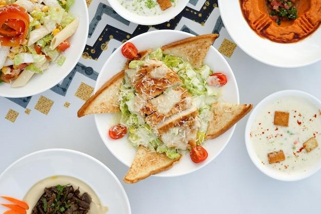 Mieszana mezza, mieszane przekąski, arabskie przekąski, kuchnia egipska, bliskowschodnie jedzenie, arabska mezza, kuchnia arabska, arabskie jedzenie