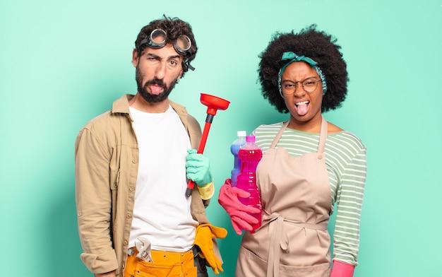 Mieszana para czuje się zniesmaczona i zirytowana, wystawiająca język, nie lubi czegoś paskudnego i obrzydliwego koncepcji sprzątania koncepcja naprawy domu