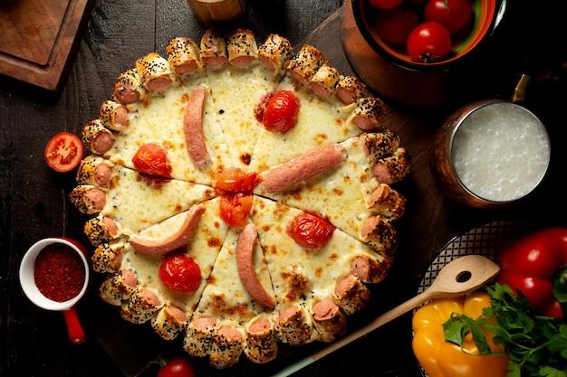 Mieszana pizza z pomidorami i kiełbasami