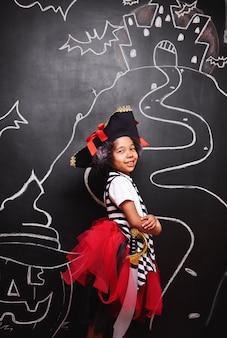 Mieszana rasa dziewczyna w stroju pirata