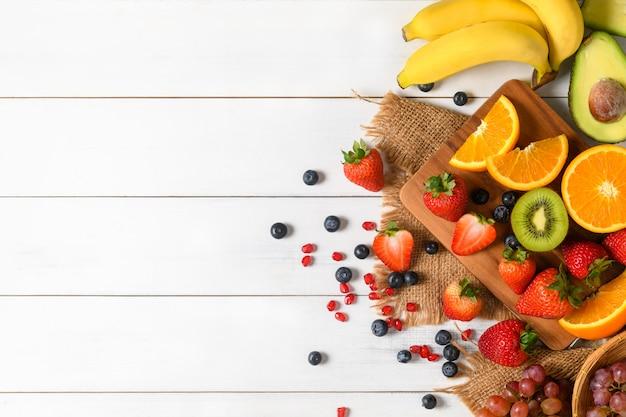 Mieszana sałatka ze świeżych owoców z truskawkami i jagodami