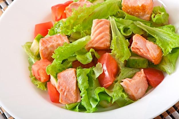 Mieszana sałatka ze świeżych warzyw z kawałkami łososia