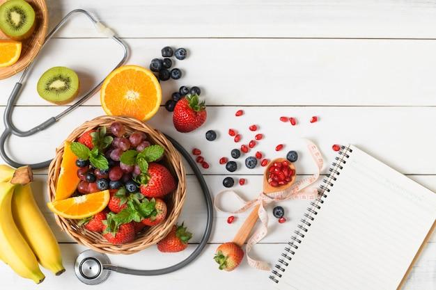 Mieszana świeża sałatka owocowa z truskawką z stetoskopem