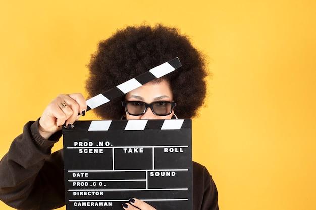 Mieszane afro kobieta w okularach 3d pokaz filmu, żółta powierzchnia, miejsce na kopię