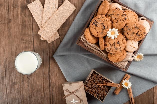 Mieszane ciasteczka i ziarna kawy z cynamonem i krakersami