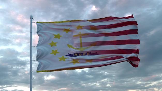 Mieszane flagi usa i rhode island powiewają na wietrze