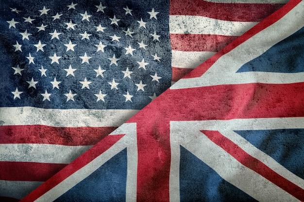 Mieszane flagi usa i wielkiej brytanii. flaga union jack. flagi usa i wielkiej brytanii podzielone po przekątnej.