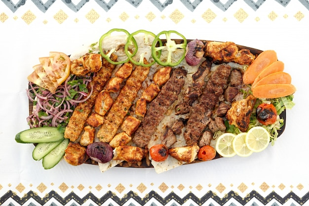 Mieszane grille, kebab, tikka, kuchnia egipska, bliskowschodnie jedzenie, arabska mezza, kuchnia arabska, arabskie jedzenie