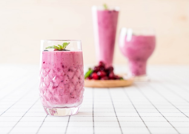 Mieszane jagody z koktajlami jogurtu
