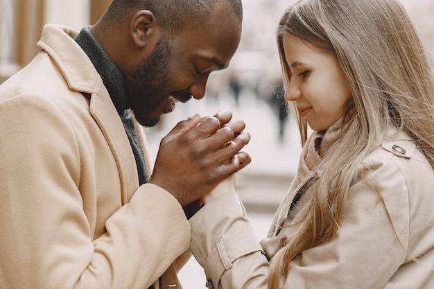 Mieszane małżeństwo spędzające razem czas w wiosennym mieście