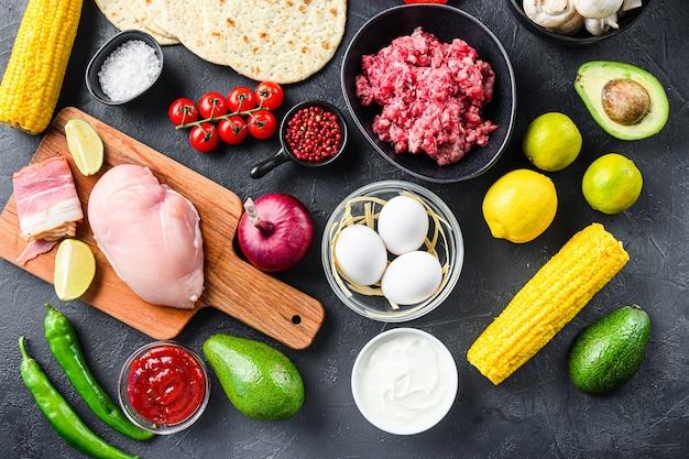 Mieszane meksykańskie jedzenie, surowe organiczne składniki na tacos z kurczakiem i wołowiną