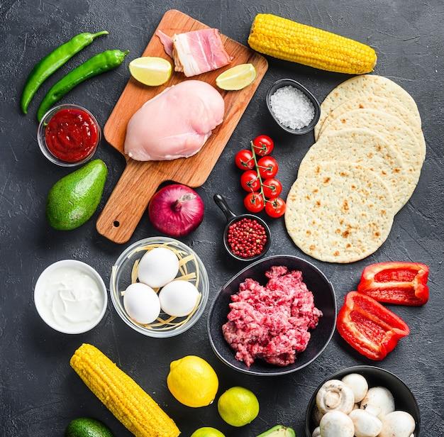 Mieszane meksykańskie jedzenie, surowe organiczne składniki na tacos