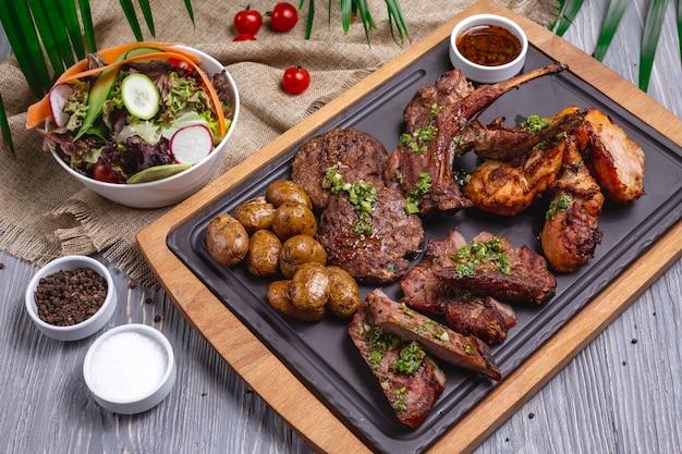 Mieszane mięso z grilla żeberka jagnięce kurczaka ziemniaków widok z boku
