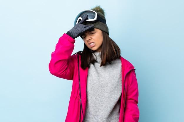 Mieszane narciarz wyścigu dziewczyna w okularach snowboardowych